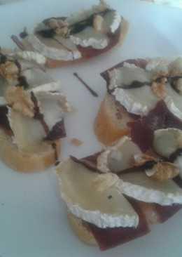Tosta de cecina con queso de cabra, nueces e hilo de crema de vinagre balsámico