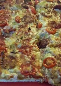 Pizza con salchichón, cebolla, cherries, pimiento verde y champi