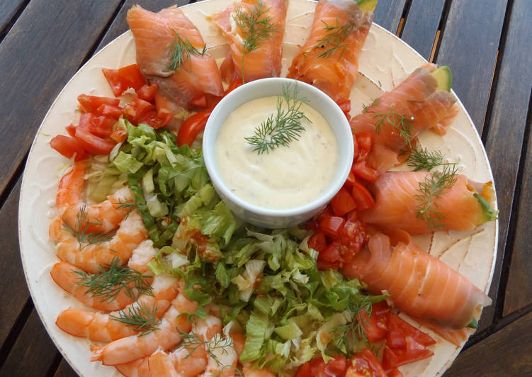 Fuente de langostinos con salmón ahumado y salsa de alcaparras