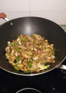 Wok de pollo, champiñones Porto Bello y verduras salteados con garbanzos