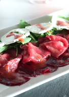 Carpaccio de ternera y remolacha con vinagreta de fresas