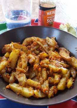 Patatas con zanahoria picada, soja y salsa agridulce