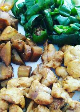 Pollo con berenjenas y pimientos verde padrón