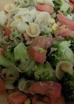 Ensalada de pasta, brócoli y atún