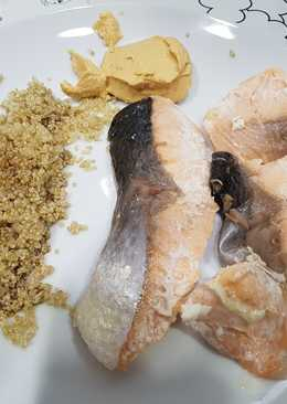 Salmón con hummus y quinoa