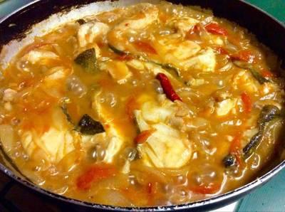 Cazuela de bacalao fresco con Cebolla, tomate y vino tinto