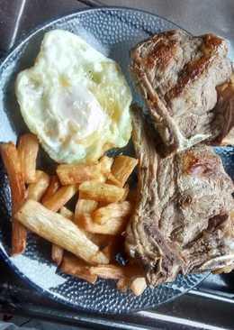 Costeletas con huevo y mandioca frito