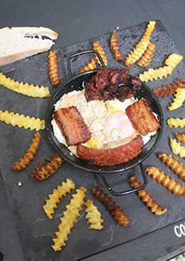 Huevos fritos con tocino, morcilla y chorizo