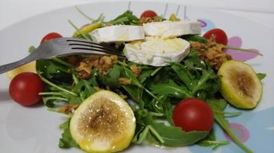 Ensalada de rúcula con higos frescos, queso de cabra y cebolla crujiente