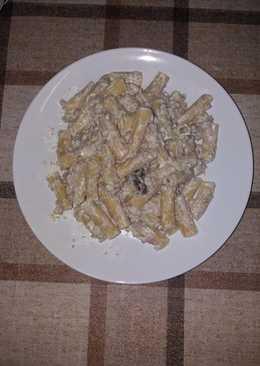 Pasta con salsa de nata y piñones