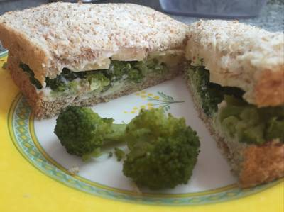 Sandwich de brócoli y queso