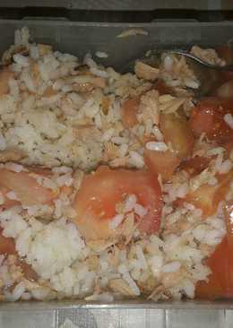 Arroz blanco con atún y tomate