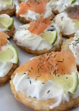 Canapés fáciles de salmón con base de hojaldre