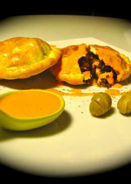 Empanadillas de morcilla y pera con salsa de piquillos