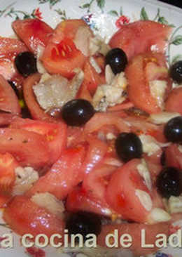Ensalada de tomate con bacalao salado