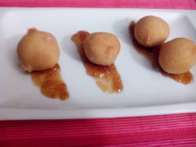Croquetas de pollo sobre mermelada de cebolla