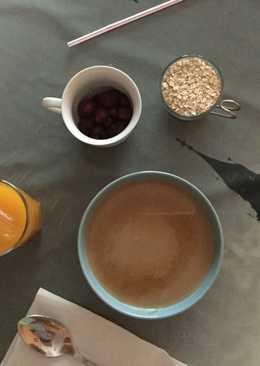 Desayuno de cereales de avena y frutos rojos