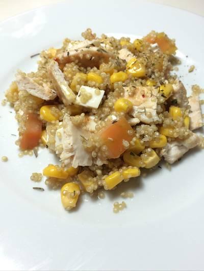 Ensalada de quinoa, pollo, maiz, tomate y queso fresco