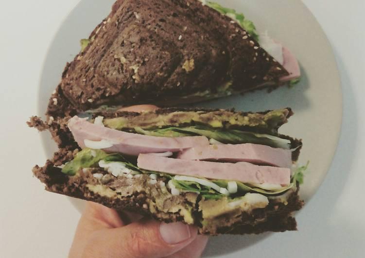 Sandwich de aguacate y pavo vegetariano
