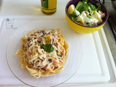 Spaguetis de queso gorgonzola y ensalada fresca de manzanas