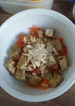 Ensalada de tofu con verduras y semillas