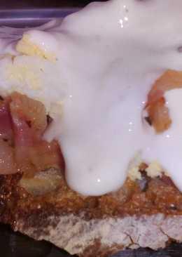 Tostas de cebolla caramelizada, bacon y crema