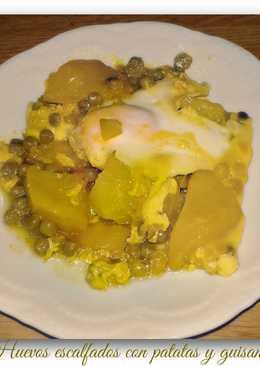 Huevos escalfados con patatas y guisantes