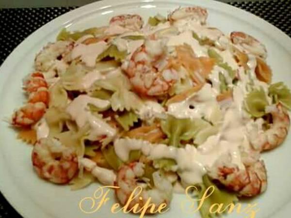 Ensalada de pasta de vegetales, con marisco, y salsa rosa