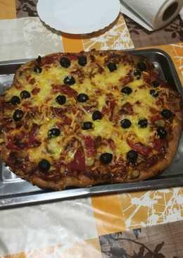 Pizza integral de pollo asado en la panificadora