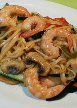 Ramen noodles con verduras y gambas