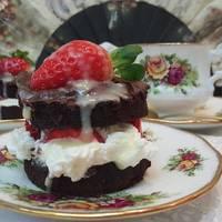 Pastel bizcocho de chocolate, nata, fresa bañado de chocolate de sabor a canela
