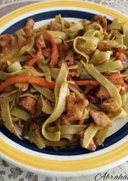 Pasta con verduras y pollo