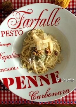 Tagliatelle con salsa de queso azul y nueces, con lascas de parmigiano reggiano