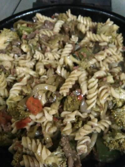 Tornillos con carne en tiras y brócoli