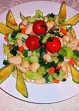 Ensalada de alubias blancas con aguacate y cebolleta-vegana