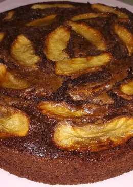 Tarta jugosa de cacao puro con plátanos, manzana y nueces
