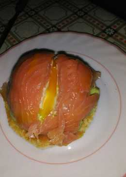 Cúpula de salmón con corazón de huevo y aguacate