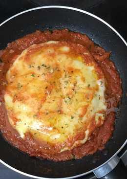 Queso provolone con tomate en sartén