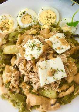 Ensalada templada de judías verdes, atún y espárragos con salsa de aguacate y queso light