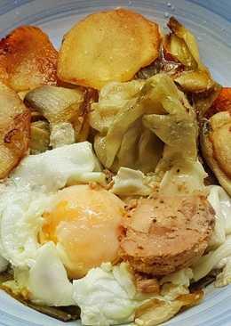 Alcachofas con patata y huevos escalfados con foie gras de pato