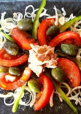 Ensalada sencilla de tomate, cebolla, atún y aceitunas