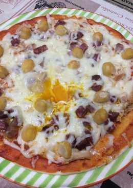 Pizza casera con ingredientes varios