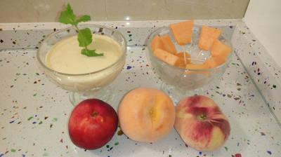 Smoothie de frutas de hueso con yogurt y pinchitos de melón cantaloup