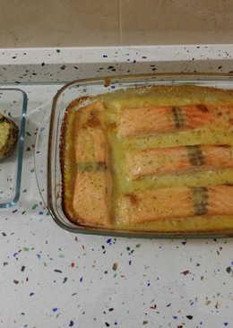 Salmón con salsa de eneldo y tartaletas de patatas y brocolis