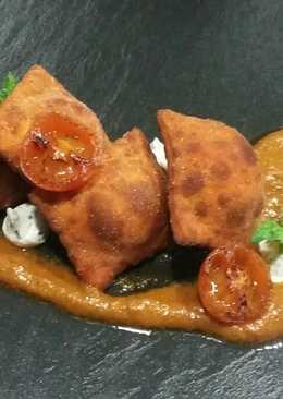 Ravioles fritos de queso y chorizo con pesto de tomate