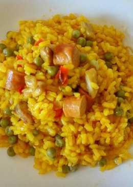 Arroz con pollo, salchichas y verdura