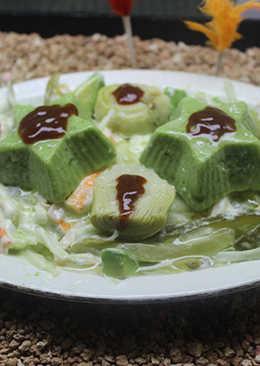 Ensalada de surimi y pepinillo con estrellas de pepino y queso