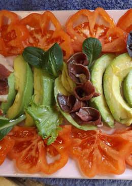 Magret de pato ahumado con aguacate y tomate