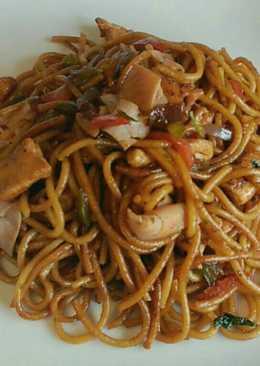 Espaguetis fritos con pollo y soja
