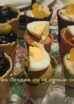 Cucuruchos de colores rellenos de Mousse de Bonito, Boletus y Calamares en su tinta
